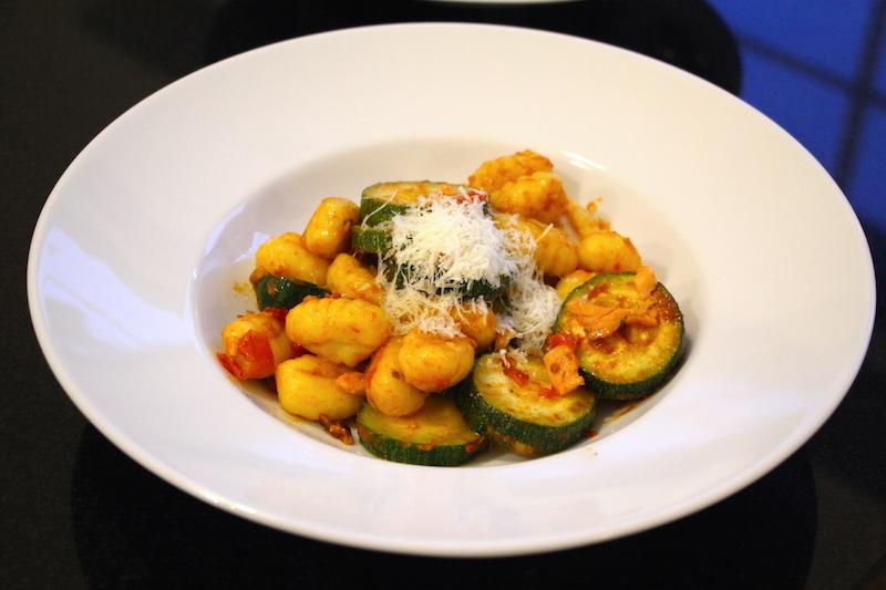 Gnocchi mit Lachs und Zucchini