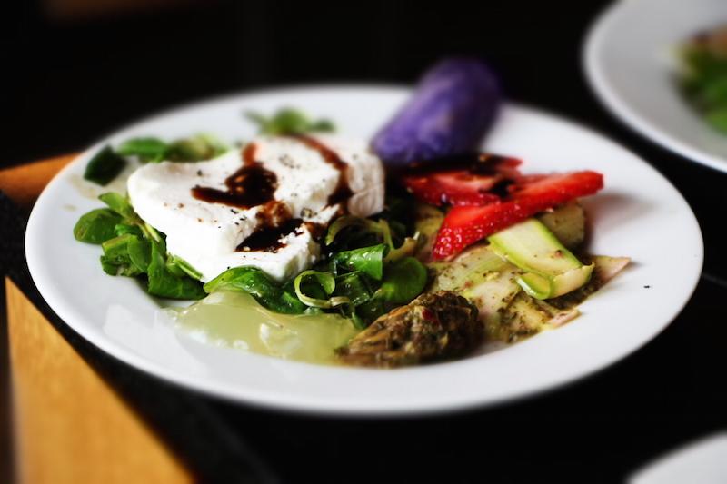 Ziegenkäse mit Spargel und Salat