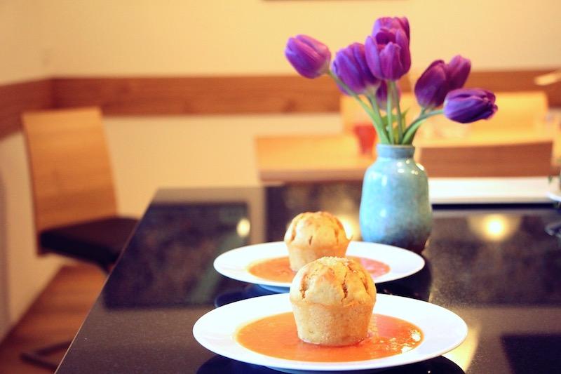 Orangenmuffins und Tulpen
